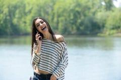 Πορτρέτο μιας χαμογελώντας γυναίκας με το τηλέφωνο Στοκ φωτογραφίες με δικαίωμα ελεύθερης χρήσης