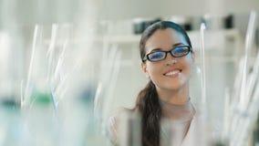 Πορτρέτο μιας χαμογελώντας γυναίκας σε ένα εργαστήριο απόθεμα βίντεο