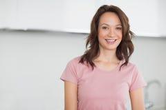 Πορτρέτο μιας χαμογελώντας περιστασιακής γυναίκας στην κουζίνα Στοκ εικόνες με δικαίωμα ελεύθερης χρήσης