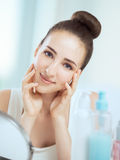 Πορτρέτο μιας χαριτωμένης γυναίκας brunette σχετικά με τα μάγουλά της μέχρι το BOT της στοκ φωτογραφία με δικαίωμα ελεύθερης χρήσης