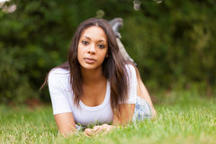 Πορτρέτο μιας όμορφης αφρικανικής νέας γυναίκας υπαίθρια στοκ φωτογραφία