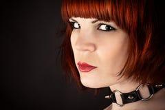 Πορτρέτο μιας όμορφης γυναίκας με ένα περιλαίμιο στοκ εικόνα