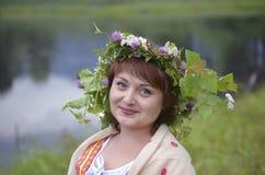 Πορτρέτο μιας όμορφης γυναίκας με ένα στεφάνι της χλόης στο κεφάλι της Στοκ εικόνες με δικαίωμα ελεύθερης χρήσης