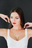 Πορτρέτο μιας όμορφης γυναίκας με τα κόκκινα χείλια Στοκ Εικόνες