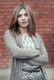 Πορτρέτο μιας όμορφης γυναίκας με τα χέρια που διπλώνονται Στοκ Εικόνες