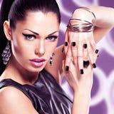 Πορτρέτο μιας όμορφης γυναίκας μόδας με το φωτεινό makeup στοκ εικόνες