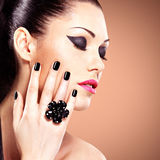 Πορτρέτο μιας όμορφης γυναίκας μόδας με το φωτεινό makeup στοκ εικόνες με δικαίωμα ελεύθερης χρήσης