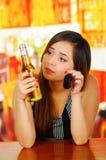Πορτρέτο μιας όμορφης γυναίκας που προσέχει την μπύρα της και που κρατά τα κλειδιά αυτοκινήτων της με το χέρι της, στο υπόβαθρο φ Στοκ φωτογραφία με δικαίωμα ελεύθερης χρήσης