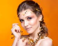 Πορτρέτο μιας όμορφης γυναίκας σε ένα πορτοκαλί υπόβαθρο Στοκ φωτογραφία με δικαίωμα ελεύθερης χρήσης