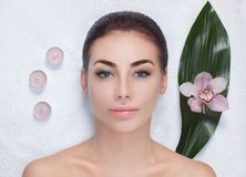Πορτρέτο μιας όμορφης γυναίκας σε ένα σαλόνι SPA μπροστά από μια επεξεργασία ομορφιάς στοκ φωτογραφία