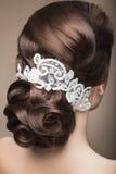 Πορτρέτο μιας όμορφης γυναίκας στην εικόνα της νύφης με τη δαντέλλα στην τρίχα της Πρόσωπο ομορφιάς Πίσω άποψη Hairstyle Στοκ Εικόνες