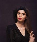 Πορτρέτο μιας όμορφης γυναίκας στο εκλεκτής ποιότητας ύφος στοκ φωτογραφία