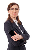 Πορτρέτο μιας όμορφης επιχειρηματία 50 αυτιά παλαιά με το κινητό τηλέφωνο που απομονώνεται στο λευκό Στοκ εικόνες με δικαίωμα ελεύθερης χρήσης