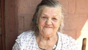 Πορτρέτο μιας όμορφης ηλικιωμένης γυναίκας απόθεμα βίντεο