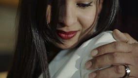 Πορτρέτο μιας όμορφης λατινικής νέας γυναίκας ενώ έχοντας τις ρομαντικές στιγμές στο σπίτι κίνηση αργή απόθεμα βίντεο