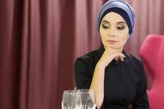 Πορτρέτο μιας όμορφης μουσουλμανικής γυναίκας σε έναν πίνακα σε ένα εστιατόριο Στοκ Εικόνες
