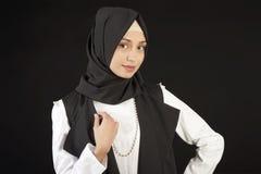 Πορτρέτο μιας όμορφης μουσουλμανικής γυναίκας στα σύγχρονα ασιατικά ενδύματα σε ένα απομονωμένο μαύρο υπόβαθρο Στοκ Εικόνες