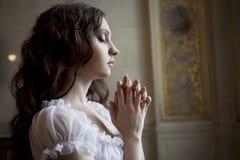 Πορτρέτο μιας όμορφης νέας βικτοριανής κυρίας στο άσπρο φόρεμα Στοκ φωτογραφίες με δικαίωμα ελεύθερης χρήσης