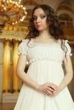 Πορτρέτο μιας όμορφης νέας βικτοριανής κυρίας στο άσπρο φόρεμα Στοκ Εικόνες
