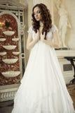 Πορτρέτο μιας όμορφης νέας βικτοριανής κυρίας στο άσπρο φόρεμα Στοκ Φωτογραφίες