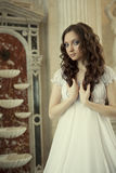 Πορτρέτο μιας όμορφης νέας βικτοριανής κυρίας στο άσπρο φόρεμα Στοκ Εικόνα