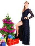 Πορτρέτο μιας όμορφης νέας γυναίκας κοντά στο χριστουγεννιάτικο δέντρο και Στοκ εικόνες με δικαίωμα ελεύθερης χρήσης