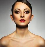 Πορτρέτο μιας όμορφης νέας γυναίκας με ένα γοητευτικό αναδρομικό makeu Στοκ Εικόνες