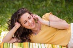 Πορτρέτο μιας όμορφης νέας γυναίκας με το τηλέφωνο Στοκ Φωτογραφία