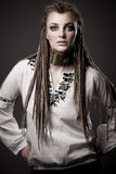 Πορτρέτο μιας όμορφης νέας γυναίκας με το dreadlock Στοκ Εικόνες