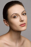 Πορτρέτο μιας όμορφης νέας γυναίκας με φυσικό Στοκ Φωτογραφία