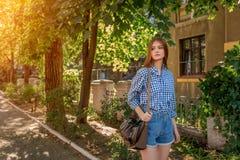 Πορτρέτο μιας όμορφης νέας γυναίκας στην πόλη οδών Στοκ Φωτογραφία