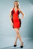 Πορτρέτο μιας όμορφης νέας γυναίκας στο κόκκινο φόρεμα Στοκ εικόνες με δικαίωμα ελεύθερης χρήσης