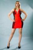 Πορτρέτο μιας όμορφης νέας γυναίκας στο κόκκινο φόρεμα Στοκ Φωτογραφίες