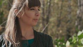 Πορτρέτο μιας όμορφης νέας γυναίκας στο υπόβαθρο του τοπίου φθινοπώρου φιλμ μικρού μήκους