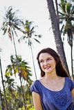 Πορτρέτο μιας όμορφης νέας γυναίκας υπαίθριας Στοκ Εικόνες