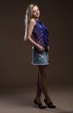 Πορτρέτο μιας όμορφης νέας ενήλικης λεπτής προκλητικής και ελκυστικής ξανθής γυναίκας αισθησιασμού αρκετά στα μπλε μοντέρνα σορτς Στοκ Φωτογραφίες
