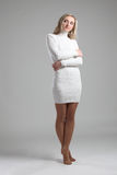 Πορτρέτο μιας όμορφης νέας ενήλικης λεπτής προκλητικής και ελκυστικής ξανθής γυναίκας αισθησιασμού αρκετά στο άσπρο μοντέρνο πουλ Στοκ Εικόνα
