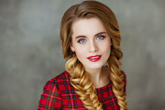 Πορτρέτο μιας όμορφης νέας ξανθής γυναίκας με τα μπλε μάτια και το pi Στοκ Φωτογραφίες