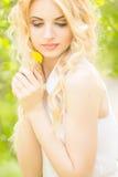 Πορτρέτο μιας όμορφης νέας ξανθής γυναίκας Στοκ Εικόνες