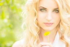 Πορτρέτο μιας όμορφης νέας ξανθής γυναίκας Στοκ Εικόνα