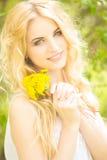 Πορτρέτο μιας όμορφης νέας ξανθής γυναίκας Στοκ εικόνα με δικαίωμα ελεύθερης χρήσης