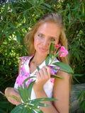 Πορτρέτο μιας όμορφης νεολαίας με ένα λουλούδι στοκ φωτογραφία με δικαίωμα ελεύθερης χρήσης