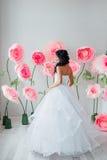 Πορτρέτο μιας όμορφης νύφης μόδας, γλυκός και αισθησιακός Ο γάμος αποτελεί και τρίχα τα λουλούδια εμβλημάτων ανασκόπησης διαμορφώ Στοκ φωτογραφία με δικαίωμα ελεύθερης χρήσης