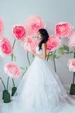 Πορτρέτο μιας όμορφης νύφης μόδας, γλυκός και αισθησιακός Ο γάμος αποτελεί και τρίχα τα λουλούδια εμβλημάτων ανασκόπησης διαμορφώ Στοκ Φωτογραφία