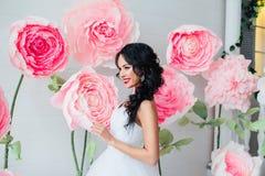 Πορτρέτο μιας όμορφης νύφης μόδας, γλυκός και αισθησιακός Ο γάμος αποτελεί και τρίχα τα λουλούδια εμβλημάτων ανασκόπησης διαμορφώ Στοκ φωτογραφίες με δικαίωμα ελεύθερης χρήσης