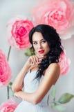 Πορτρέτο μιας όμορφης νύφης μόδας, γλυκός και αισθησιακός Ο γάμος αποτελεί και τρίχα τα λουλούδια εμβλημάτων ανασκόπησης διαμορφώ Στοκ Εικόνα