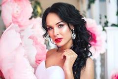 Πορτρέτο μιας όμορφης νύφης μόδας, γλυκός και αισθησιακός Ο γάμος αποτελεί και τρίχα τα λουλούδια εμβλημάτων ανασκόπησης διαμορφώ Στοκ Εικόνες