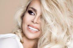 Πορτρέτο μιας όμορφης, χαμογελώντας γυναίκας με τη μακριά ξανθή τρίχα και των λευκών δοντιών Στοκ φωτογραφία με δικαίωμα ελεύθερης χρήσης
