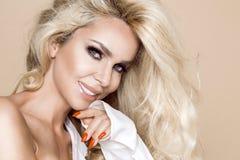 Πορτρέτο μιας όμορφης, χαμογελώντας γυναίκας με τη μακριά ξανθή τρίχα και των λευκών δοντιών Στοκ Εικόνες