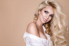Πορτρέτο μιας όμορφης, χαμογελώντας γυναίκας με τη μακριά ξανθή τρίχα και των λευκών δοντιών Στοκ Φωτογραφίες